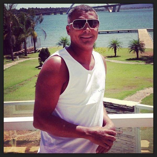 Após cirurgia na coluna, Romário posta foto e diz que está bem
