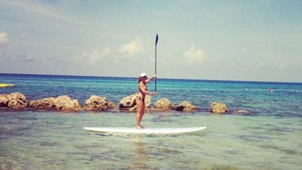 Ex-tiazinha Susana Alves faz stand up paddle em dia ensolarado