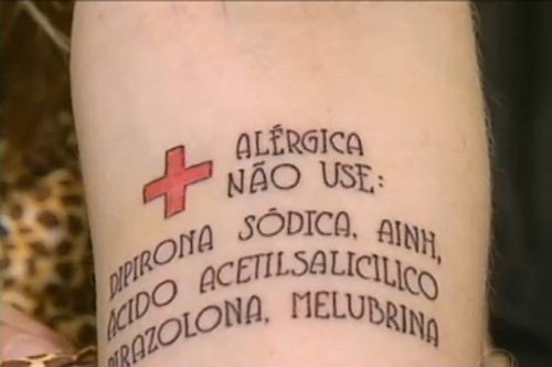 Garota fez tatuagem no seu braço com os remédios que causam sua alergia
