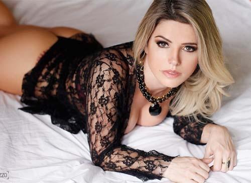 Mari Alexandre faz ensaio sexy e mostra por que foi