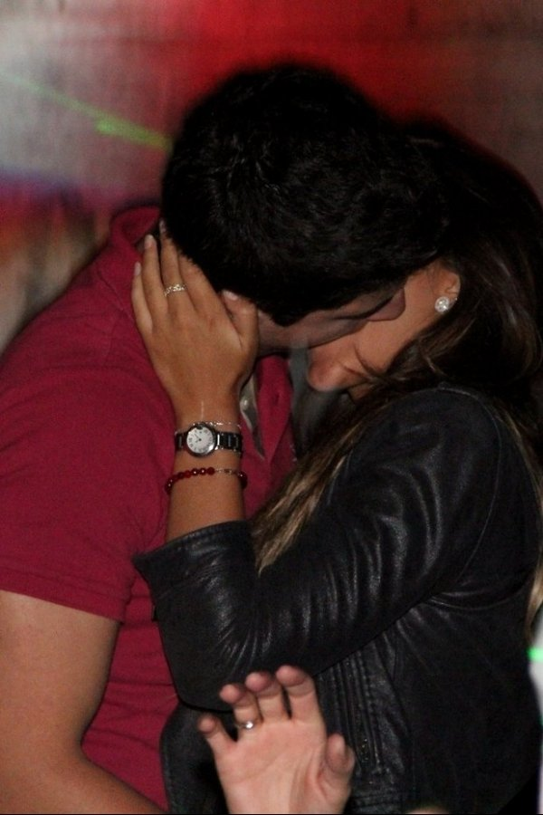 Nada de Nicole! Enzo Celulari beija morena em boate carioca
