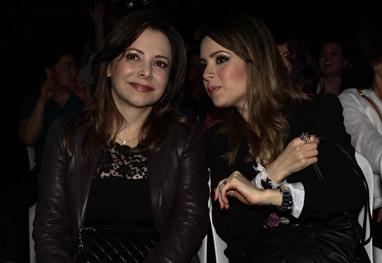 Sandy assiste ao lado da mãe ao show de Chitãozinho e Xororó