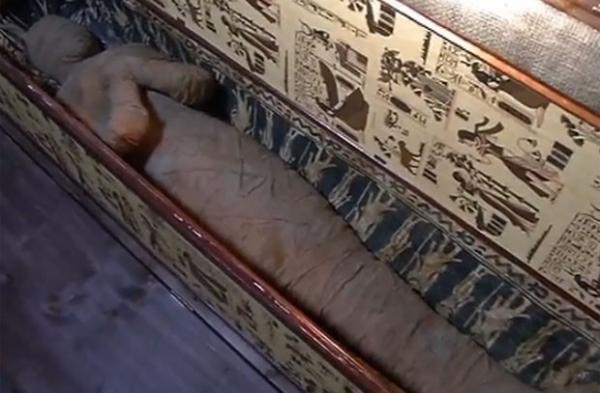 Alemão de 10 anos descobre múmia misteriosa no sótão da casa da avó