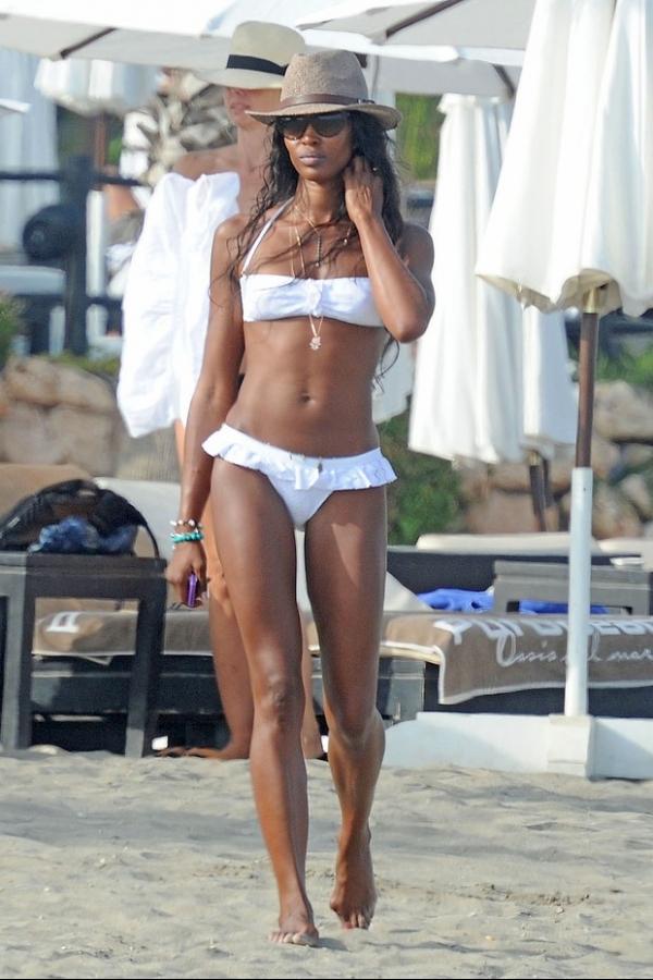 Aos 43 anos, Naomi Campbell exibe corpo sarado em praia espanhola