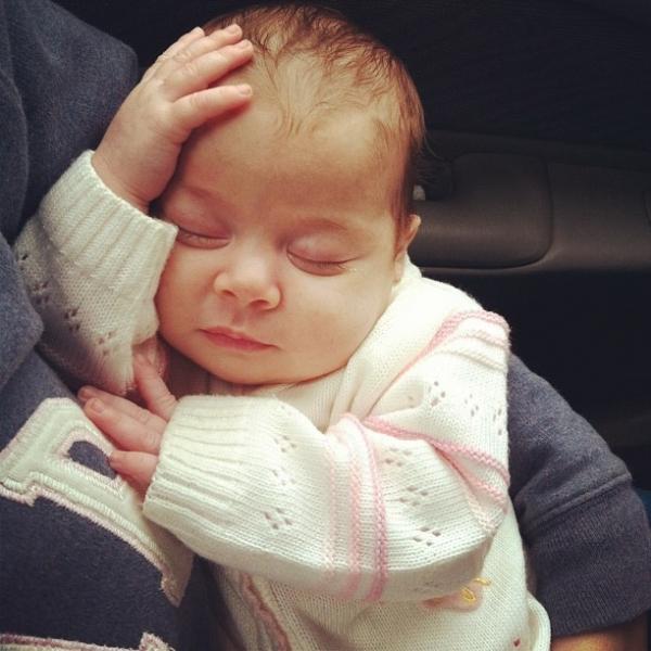 Debby Lagranha mostra a filha tirando uma sonequinha: