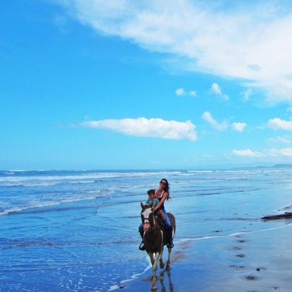 Gisele Bündchen passeia a cavalo com o filho