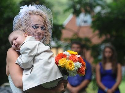 Menino com câncer morre dois dias após ser padrinho dos pais nos EUA
