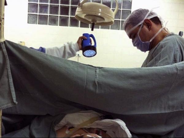 Sem aparelho, médico usa lanterna em cirurgia em hospital