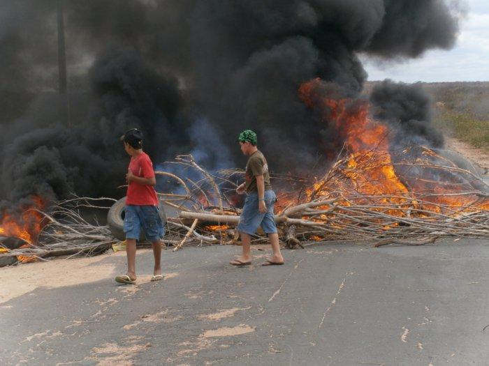 Manifestantes paralisam PI-140 e protestam contra o governo em Dirceu Arcoverde