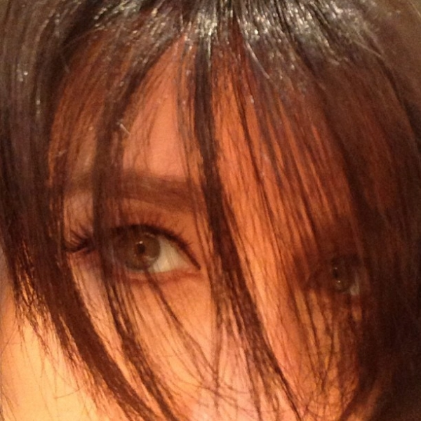 Angélica surge com cabelos curtos e escuros: