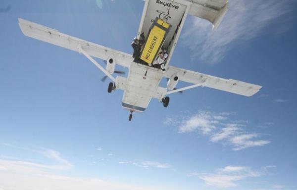 Artista salta algemado e trancado em caixa de avião nos EUA