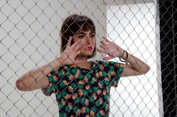 De shortinho, Maria Casadevall posa para campanha de moda