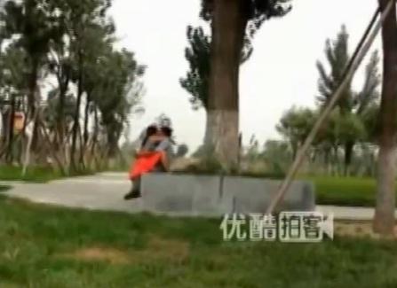 Filho entediado interrompe sexo de casal em parque na China