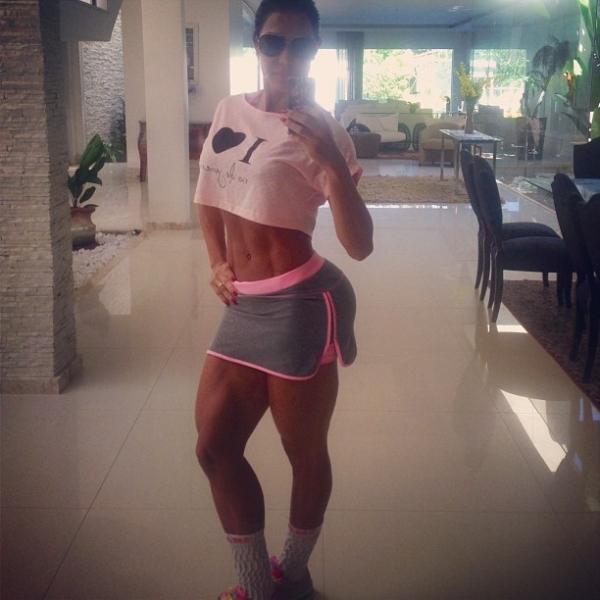 Gracyanne Barbosa mostra corpo musculoso com roupa de tênis