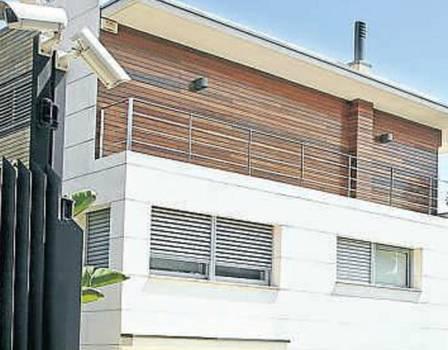 Neymar mora em mansão com aluguel de R$ 54 mil e suíte do jogador tem vista para toda cidade de Barcelona