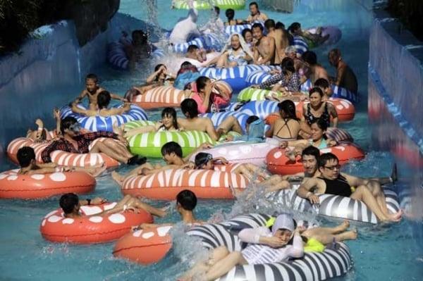 Chineses lotam piscinas em Xangai para combater calor