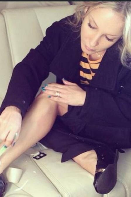 Claudia Leitte depila pernas dentro de avião e é apoiada por seus seguidores