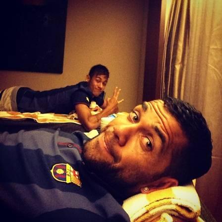 Daniel Alves tira um ?cochilo? com Neymar após dia duro: ?Tempo para relaxar?