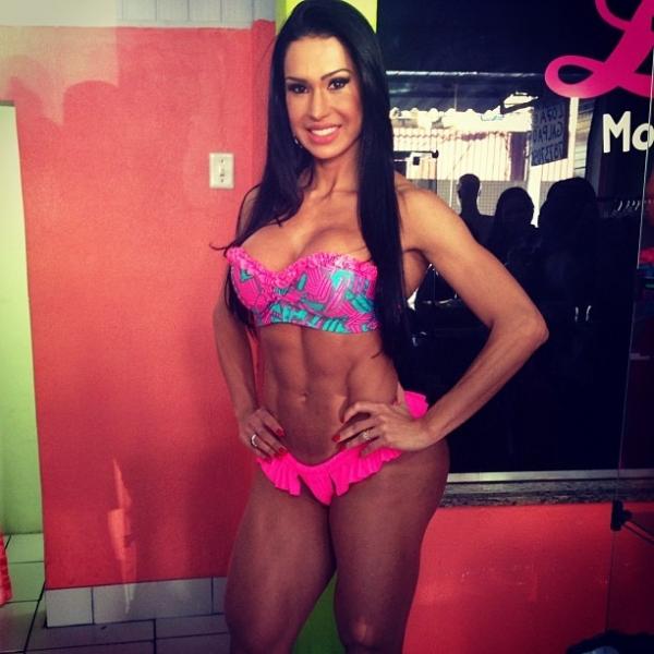 De biquíni, Gracyanne Barbosa mostra barriga tanquinho em evento