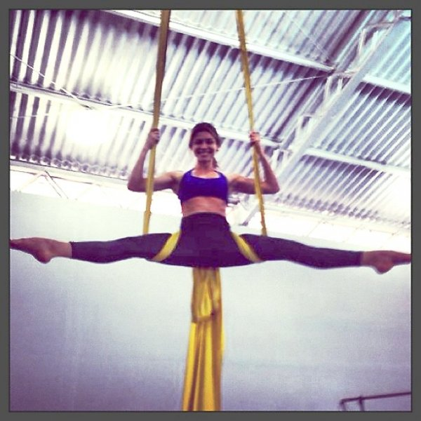 Em ótima forma, Grazi Massafera mostra elasticidade durante aula de circo; fotos