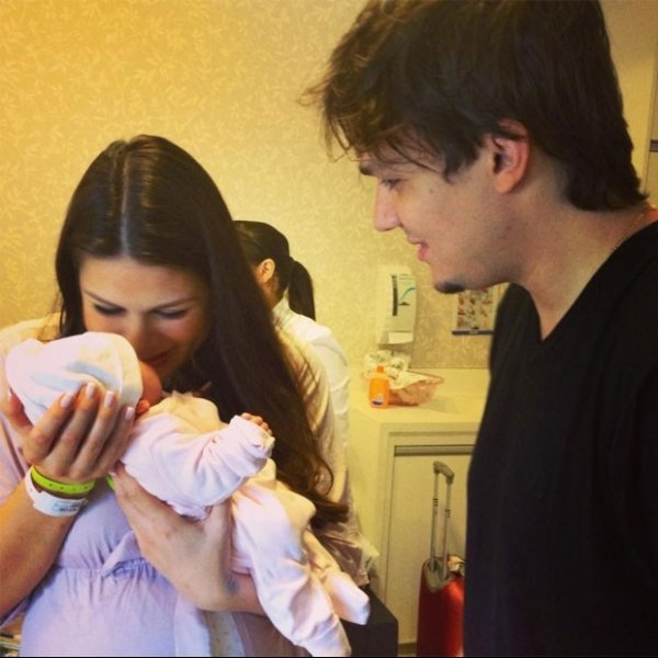 Ainda no hospital, miss e cantor do KLB babam por gêmea recém-nascida