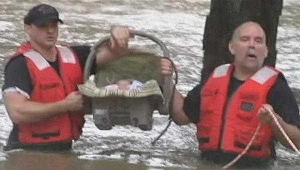 Bebê é resgatado em enchente nos EUA
