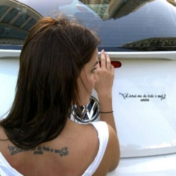 Deborah Secco mostra  carro com adesivo igual  a tatuagem: