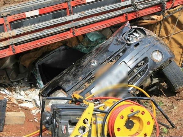 Família sai ilesa de carro esmagado por caminhão com vasos sanitários