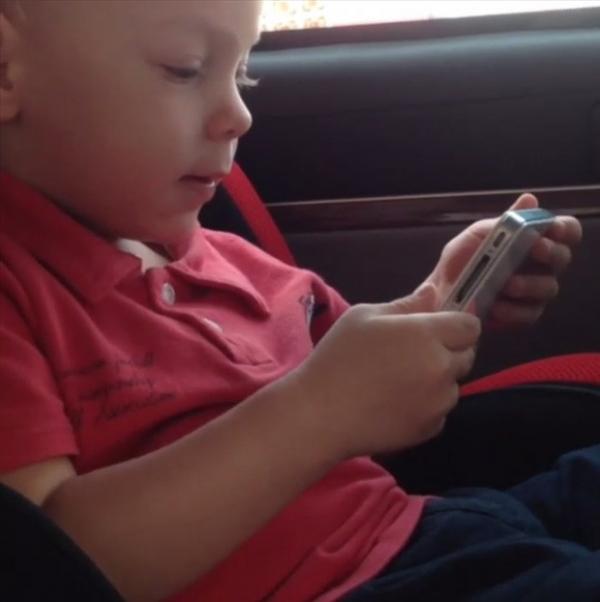 Filho de Neymar canta música infantil ao ver clipe no celular da mãe