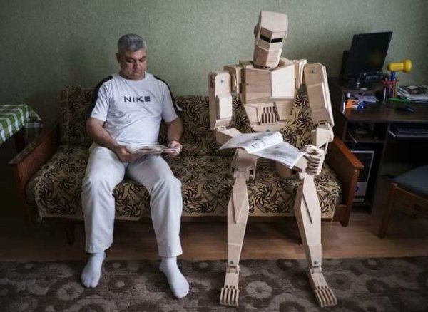 Homem ucraniano constrói boneco de madeira para ser seu amigo