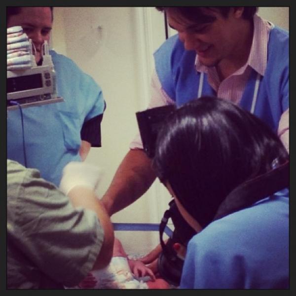 Leandro dá o primeiro banho das filhas recém-nascidas