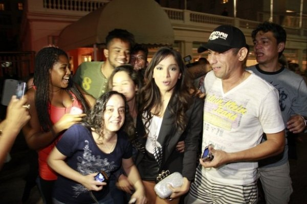 Ops! Anitta se empolga demais e ganha clique indiscreto ao deixar festa