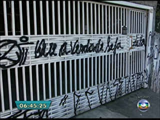 Pichação pede verdade em casa de família de policiais morta