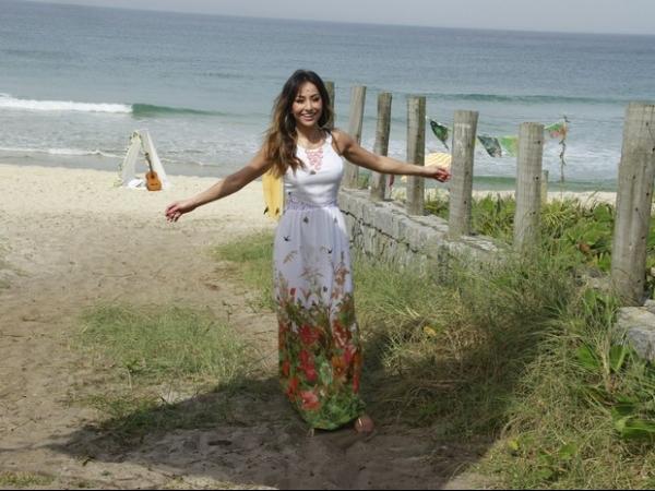 Sabrina Sato fotografa de vestidinho curto na praia do Recreio