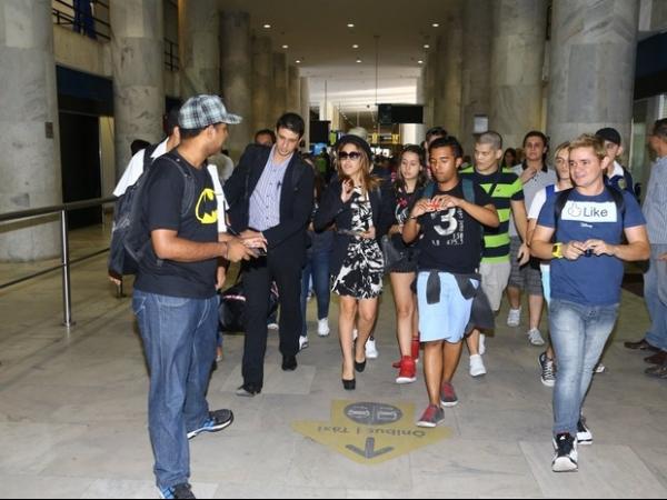 Wanessa é tietada por fãs em aeroporto