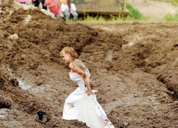 Após casamento, noiva participa de corrida na lama nos EUA