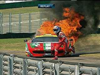 Desesperado, piloto cai duas vezes ao fugir de Ferrari em chamas em SP