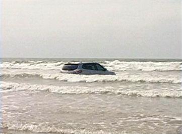 Motorista perde controle da direção e carro para dentro do mar