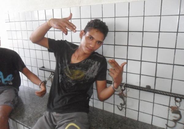 Jovem é preso após destruir objetos de residência e ameaçar mulher de morte