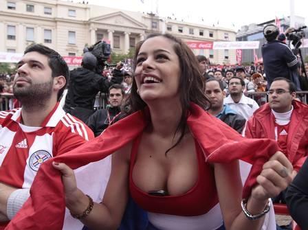 Bela paraguaia inova e, à moda Larissa Riquelme, põe o celular no short