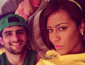 Irmã de Neymar assiste ao jogo com rapaz misterioso: