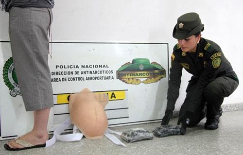 Mulher é presa com 2 kg de cocaína em falsa barriga de grávida