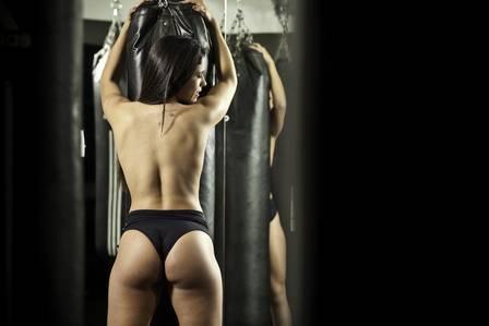 Nova latinete Dani Rodrigues posa no estilo ring girl e justifica silicone de 340 ml. ?Para usar blusinha sem sutiã?