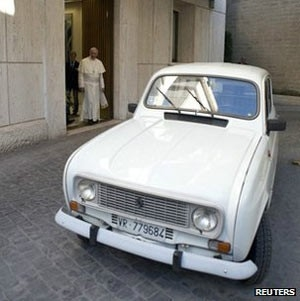 Papa surpreende ao dirigir no Vaticano carro 1984 que ganhou de presente