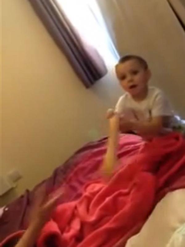 Vídeo vira hit ao mostrar menino brincando com vibrador da mãe