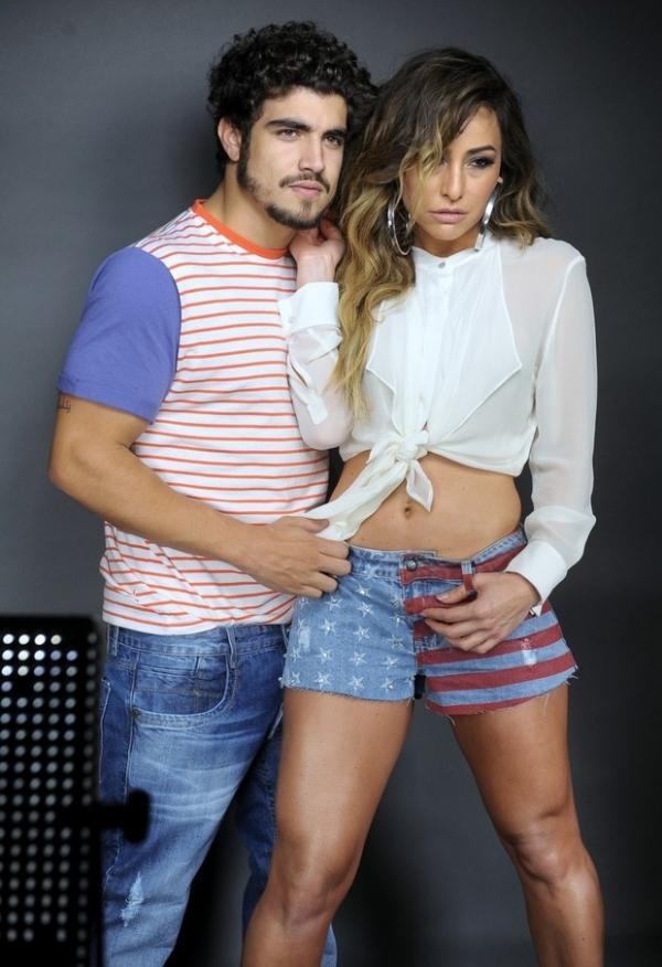 Caio Castro e Sabrina Sato posam juntos para campanha