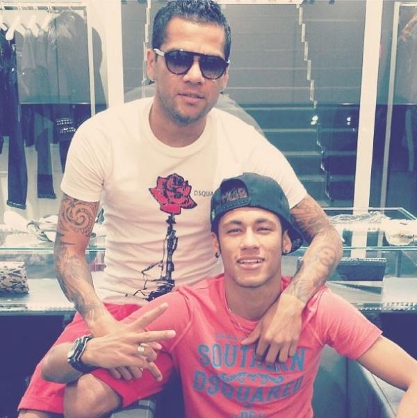 Daniel Alves e Neymar saem para fazer compras
