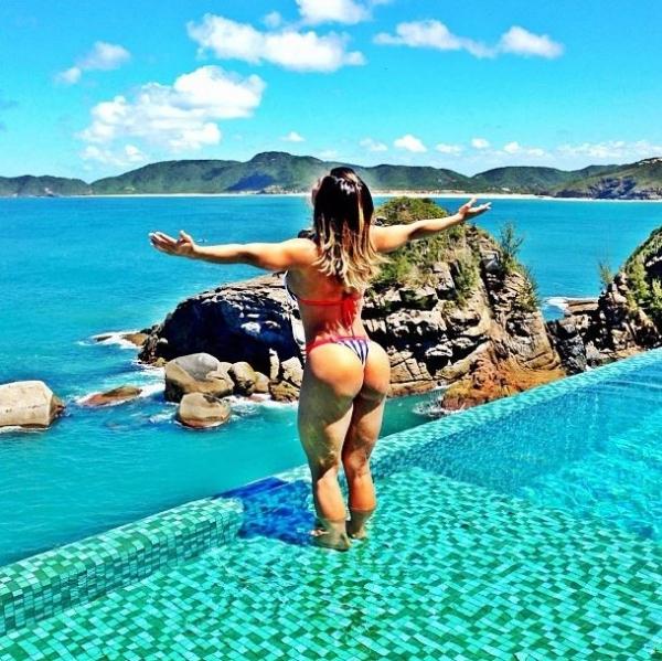 Em foto de biquíni, Graciella Carvalho exibe bumbum em boa forma