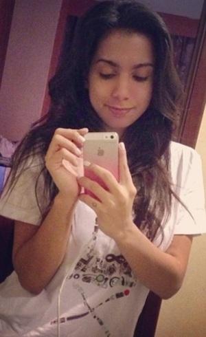 Poderosa? Anitta publica foto sem maquiagem