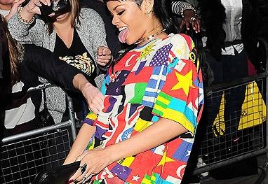Rihanna faz gesto obsceno com carteira que ganhou de presente